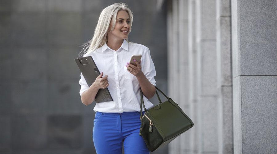 طرز صحیح در دست گرفتن و انداختن کیف زنانه + شخصیت شناسی